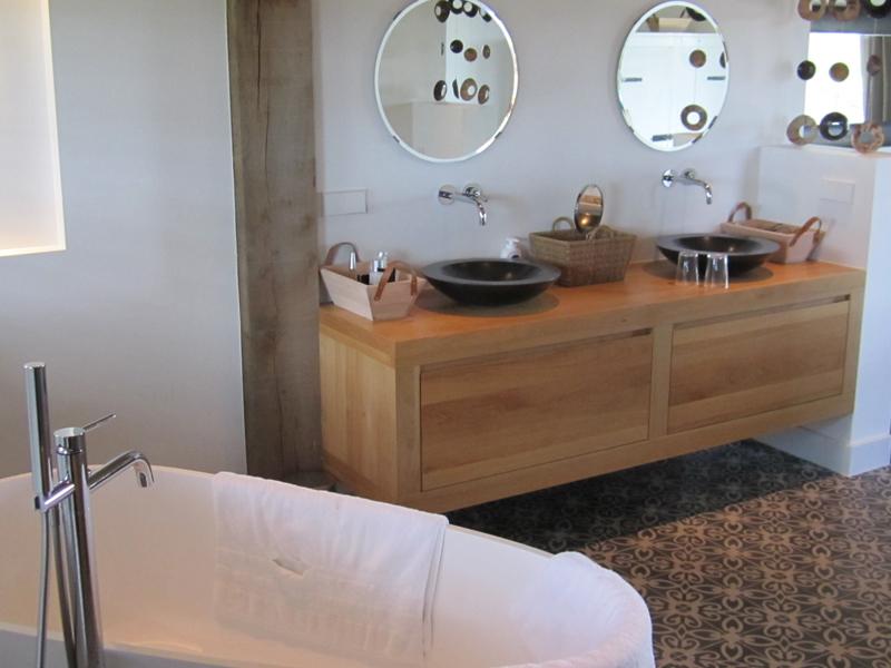 Eiken badmeubel op maat Badkamer met eikenhouten gebinten en badmeubel
